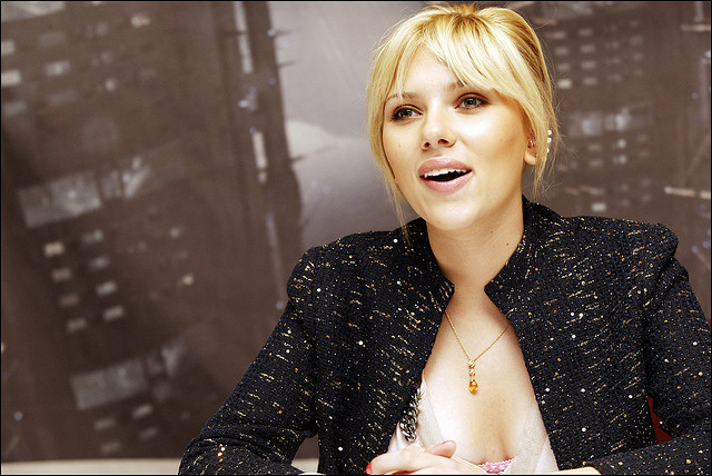 celebrities-with-hourglass-shaped-body-scarlett-johansson